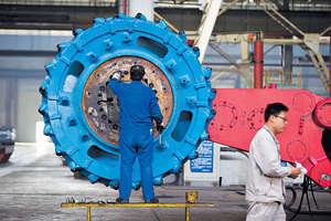 中國產業結構迅速變遷,服務業GDP佔比從2007年的43%增加到2016年52%,而製造業和建築業比重同期則從47%下降到40%。(中新社資料圖片)