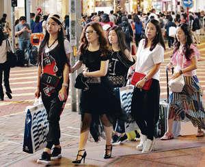 有人力顧問指出,訪港旅客數字年初起回升,加上港人消費意慾提高,物價穩定,刺激內銷,令零售業逐漸回勇。(車耀開攝)
