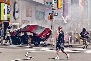 該車撞到障礙後,擱在欄杆上才停下,車頭起火。(路透社圖片)