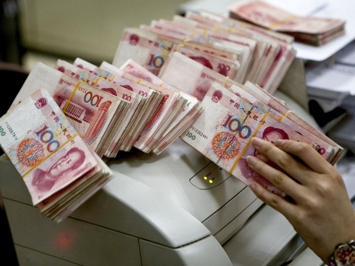 隨着資本流出管理政策不斷收緊,人民幣全球支付貨幣排名下降,人民幣國際化步伐放緩。