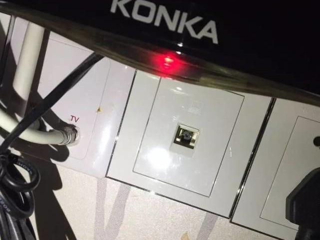 偷拍鏡在LAN線槽中,非常隱蔽。