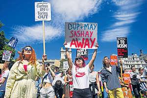 保守黨在英國大選中未能保住下議院過半數議席,擬拉攏北愛民主統一黨籌組聯合政府。倫敦有團體發起示威行動,表明反對。(法新社資料圖片)