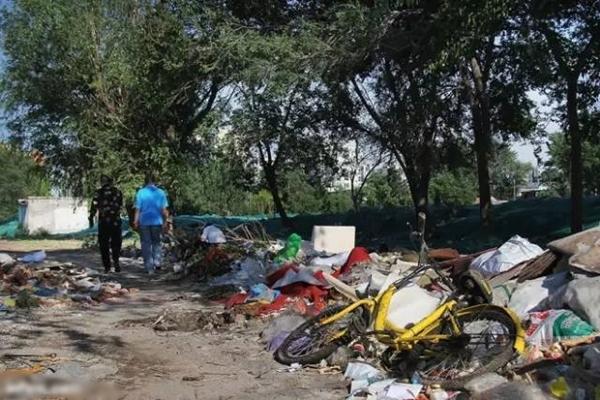 廢鋼回收價低,許多人直接把壤車丟到垃圾場。