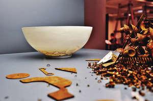 周婉美在400多份設計師作品挑選20件,包括圖中的陶瓷實驗,在香港出生的瑞士設計師與丈夫重組景德鎮撿到的碎片,重現當時的藝術品。(受訪者提供圖片)