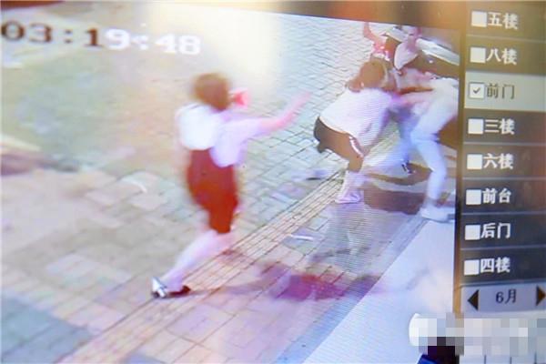 年僅12歲的李典(圖中黑褲白衫)為救父親,與兇徒展開搏鬥
