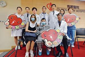 成功換心的鄧啟謙由媽媽(前排左)陪同,和一直與他並肩作戰的醫療團隊會見傳媒。(張永康攝)