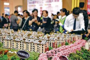 內地上半年不少三四綫城市的房地產市場火爆起來,不少地方都形成了一個個新城的框架。圖為內地春季房交會。(新華社資料圖片)