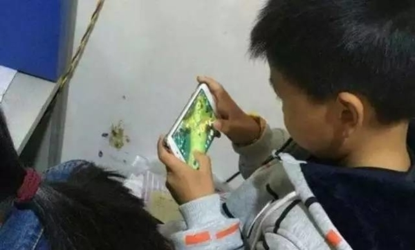兒童沉迷於玩《王者榮耀》。