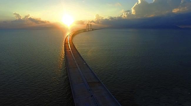 港珠澳大橋全長55公里,由於工程投資巨大、難度極高,曾被英國選為「現代世界七大奇蹟」之一。