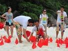 中國遊客在泰國海灘插上國旗。