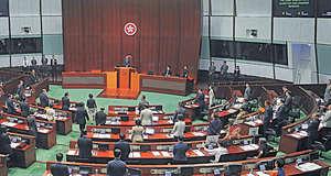 特首林鄭月娥早前出席立法會答問會,強調會重視行政立法關係,而民主派議員在她進場及離場時,都有站立以示尊重。(資料圖片)