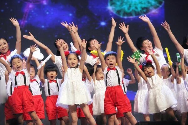 孩子在畢業禮上載歌載舞。