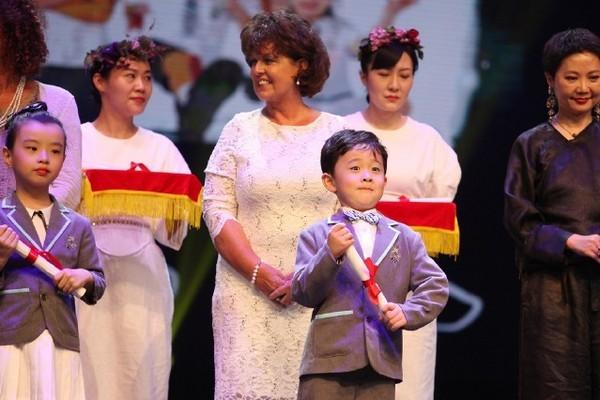 孩子個個身著西服。