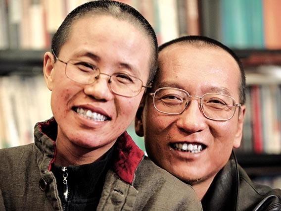 劉曉波(右)獲頒諾貝爾和平獎後,劉霞一直被軟禁。