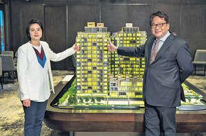 麗新發展高級副總裁潘銳民(右)表示,將軍澳藍塘傲價錢有相應調整,預計新一批單位可滿足不同置業需求的買家。左為麗新控股高級副總裁林顥伊。(本刊攝影組)