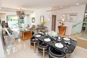 客飯廳以金色打造,中央位置擺放了一張六人餐枱,配合特色吊燈,凸顯華麗。(本刊攝影組)