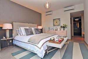 主人房預留空間改造成衣帽間及放置梳粧枱,擺放大床後仍可三邊落床,空間感十足。(本刊攝影組)