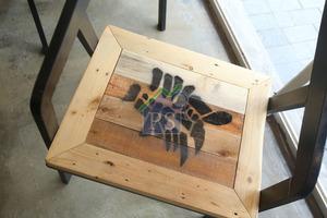 桌椅以環保卡板製造,由本地木匠把舊卡板重新打磨、上色。每張椅子都有一個字,從而組成歇後語。