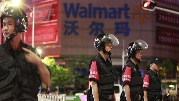 案發後,大批警方人員趕到沃爾瑪超市,並封鎖現場。