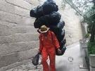 在旅遊旺季,長城清潔工人每天得處理大約5到6噸垃圾。