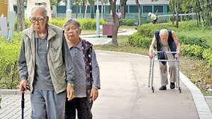 香港是全球老年人口比例超高的城市,於2014年約有107萬65歲及以上的長者,佔全港人口15%,政府須推行政策以應對人口老化問題。(資料圖片)
