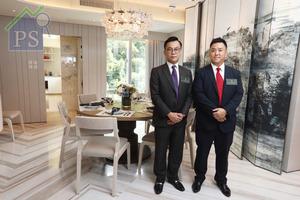 崇傑地產發展董事伍尚宗(右)稱,西半山尚璟已售出11伙,市場反應理想;旁為第一太平戴維斯(香港)資深董事周德輝。