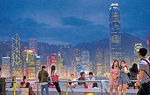 有評論認為政府現時最應該做的,是投資在香港本身,努力追回社會經濟硬件和軟件的不足,切忌像過去幾年只是派錢了事。(資料圖片)