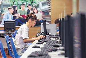 大學聯招昨日放榜,有學生到自資院校報讀自資學士、副學士或高級文憑課程。(張永康攝)