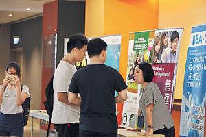 昨大學聯招放榜後,有不少學生到自資院校查詢課程。(陳靜儀攝)