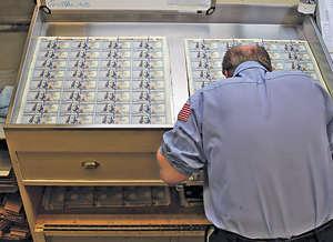 美元滙率年初至今表現反覆下挫,美滙指數累計跌幅曾高達9%,美元能否扭轉頹勢,還看白宮施政是否可以突破目前困境。(法新社資料圖片)