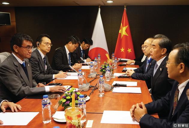 日本共同社報道,王毅對於河野的發言,感到失望。分析認為,王毅可能是批評河野在東亞峰會外長會議上,表態支持美軍在南海的行動。