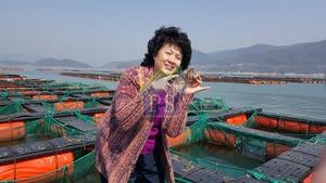 每次出國「覓食」May姐定到當地超級市場,不單止海鮮,亦會留意特別的食材。圖中為May姐在韓國莞島參觀鮑魚場。