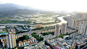 目前,粵港澳大灣區是亞太地區經濟最具活力、最具發展潛力的地區之一。比鄰香港的深圳堅持綠色發展、科技創新,着力打造灣區核心引擎。圖為深港相連的深圳河。(中通社資料圖片)