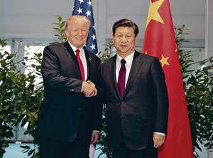 美國總統特朗普(左)因內訌施政受掣肘,對華政策也一改之前合作姿態;而中國對美國早有防備,正如國家主席習近平(右)在建軍節閱兵上表示,要能打敗一切來犯之敵。(新華社資料圖片)