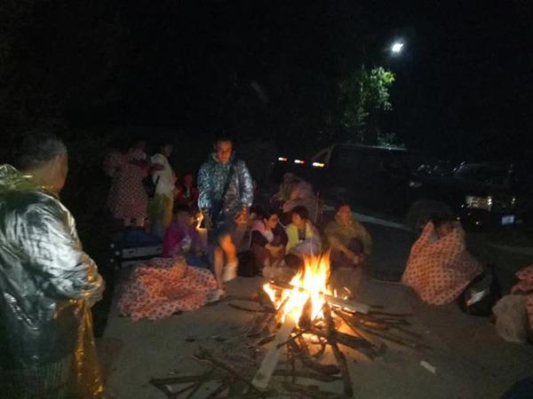龍伍澤仁及村民,為遊客生活取暖。