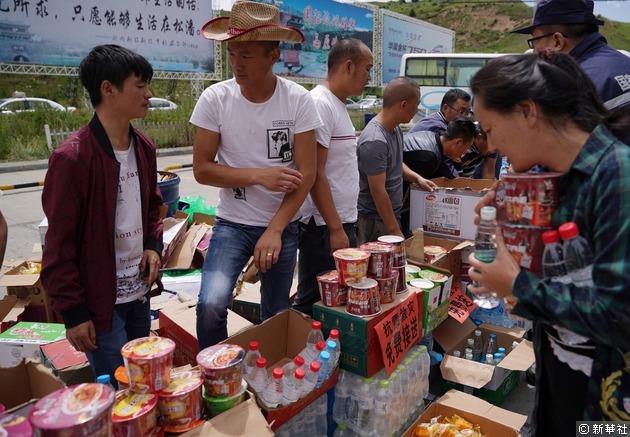 在四川九寨溝黃龍機場,當地的士司機等人員在機場門口為滯留旅客和救援人員免費提供飲用水和食品,並提供免費接送服務。