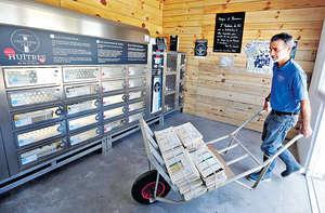 在法國,有商家推出自動販賣機,可全天候低溫賣新鮮生蠔。(路透社資料圖片)