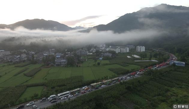 地震發生後,大批救援車輛和人員趕往震區救災。