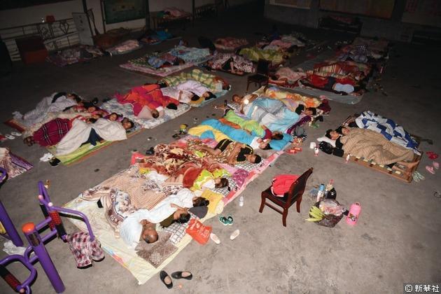 九寨溝縣永樂鎮清平三村村委會、梨花廣場,民眾為躲避餘震在露天廣場過夜。