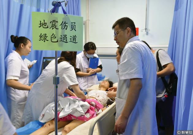 地震傷者在四川省綿陽市中心醫院接受診療。醫院也特別開闢地震傷者綠色通道。