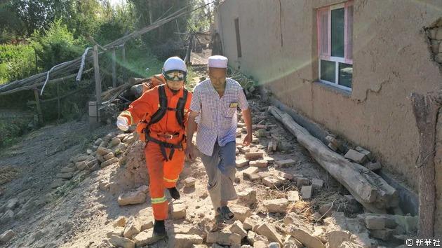 救援人員緊急轉移受災民眾。