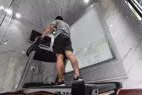 共享運動倉內設有跑步機。
