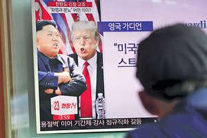美國總統特朗普與北韓領袖金正恩近日隔空開火,令兩國關係陷入空前緊張,引起國際關注。圖為南韓首爾車站有相關新聞報道。(法新社資料圖片)