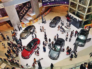 Tesla於九龍灣E-Max展出多款「認證現貨易手車」(受訪者提供)