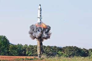北韓朝中社指,軍方計劃發射4枚火星12型中遠程彈道導彈,轟向關島附近海域,形成火力包圍。(路透社資料圖片)