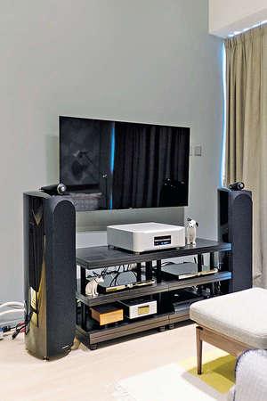 基於戶主需要放置具一定深度、體積較大的喇叭,電視背牆順理成章地髹上白色油漆,以簡化空間的構圖。(相片由被訪者提供)