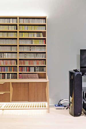 在比鄰喇叭旁的牆前,就是一組唱片架拼儲物櫃,唱片位置分成二十七個陳列格,讓戶主可以將唱片分類。(相片由被訪者提供)