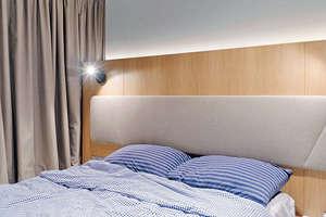 床背板從衣櫥延至窗前,由一幅淺啡色木紋板鋪飾,中央捫以淺色布藝,襯以藍色床品,淡雅清新。(相片由被訪者提供)
