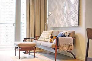 設計師特別地選配了厚身及褶位較密的布窗簾,梳化背牆還特別造了具隔音與裝飾功能的牆板。(相片由被訪者提供)