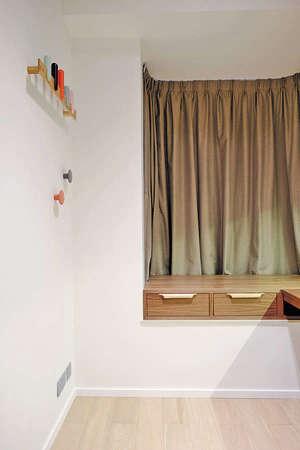 設計師盡用空間,於書房的窗台上特別造了木紋抽屜櫃,連同牆前的書枱,輕鬆打造L形枱面。(相片由被訪者提供)